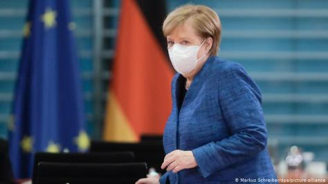 Merkel wearing a mask as she sits down for a Cabinet meeting (Markus Schreiber/dpa/picture-alliance)