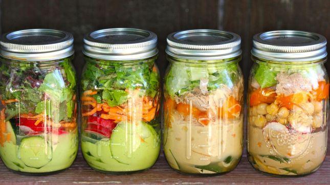 Aprenda preparar salada no pote de vidro. Prática, gostosa e saudável!
